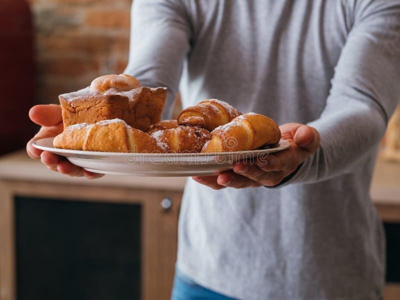 Nachtisch-Produktmann der selbst gemachten süßen Bäckerei frischer lizenzfreie stockfotos