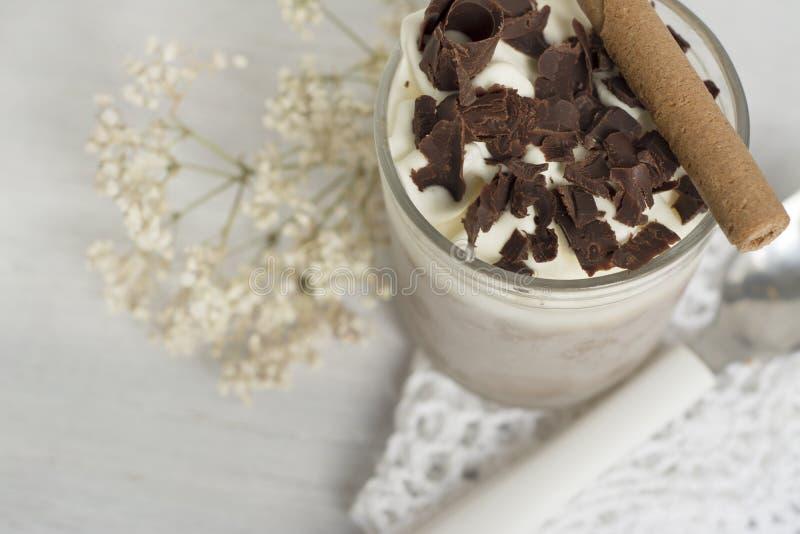Nachtisch. Schokolade und Creme sehr kalt lizenzfreie stockfotografie