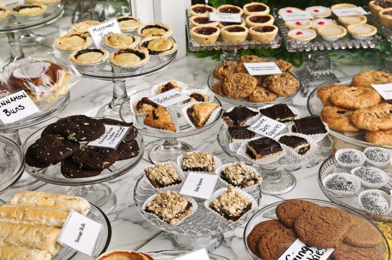 Nachtische im Bäckereifenster stockfoto