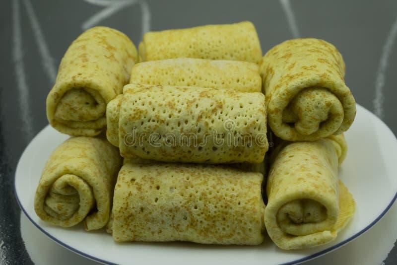 Nachtischlebensmittel-Mahlzeitstapel angefüllte Pfannkuchen stockfotografie