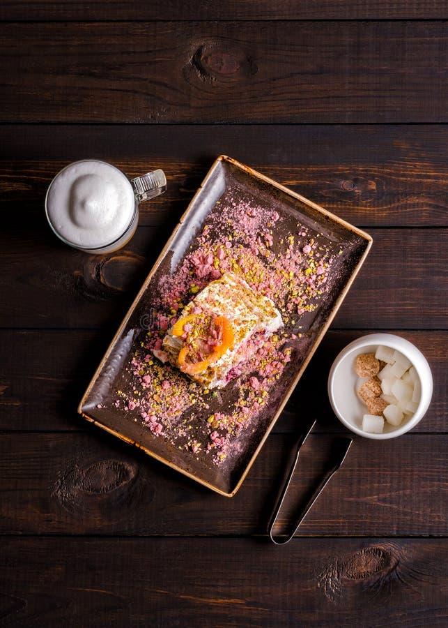 Nachtischmeringerolle mit Pistazien und Blaubeeren lizenzfreie stockfotos
