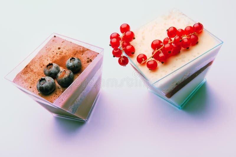 Nachtischsahnekeksbeeren-Plastikschale stockfoto