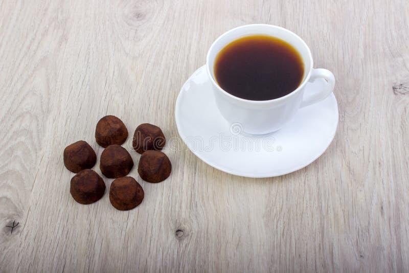 Nachtischtrüffelkakao und Kaffeetasse lizenzfreie stockfotos