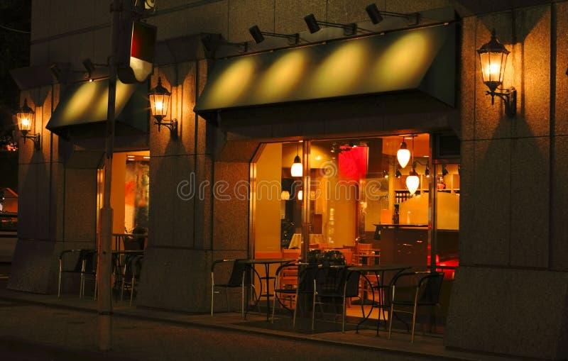 Nachtkaffeestab und -terrasse stockbild