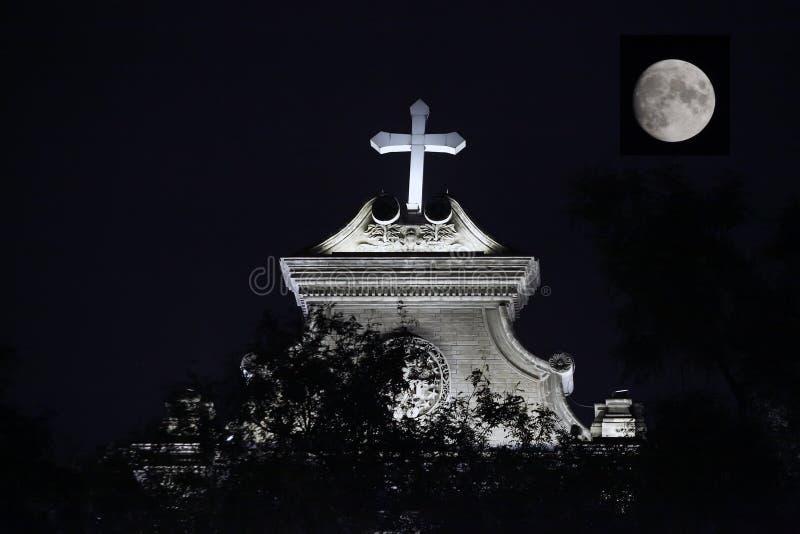 Nachtkatholische Kirche lizenzfreie stockbilder