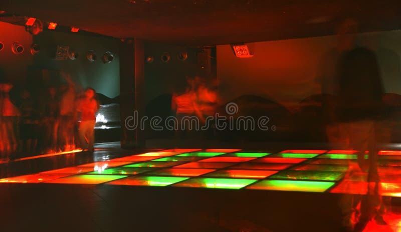 Nachtklubtanzmenge in der Bewegung stockfotografie