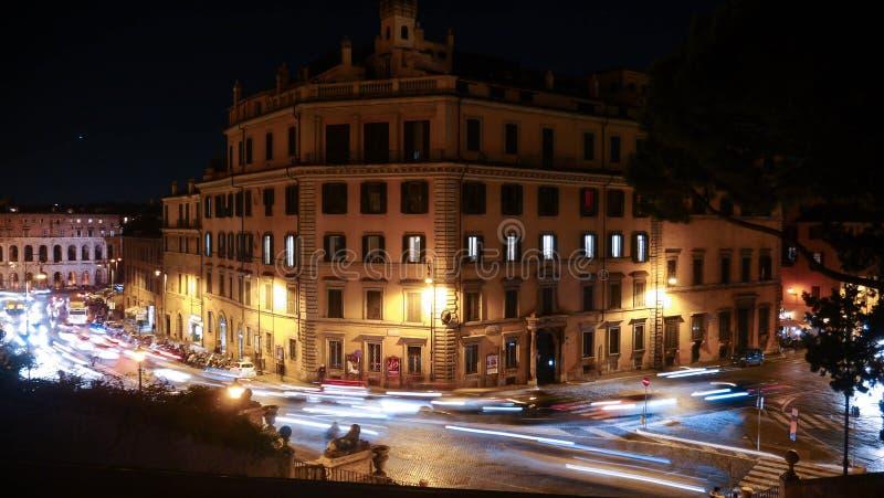 Nachtkreuzungen in Rom stockfotos