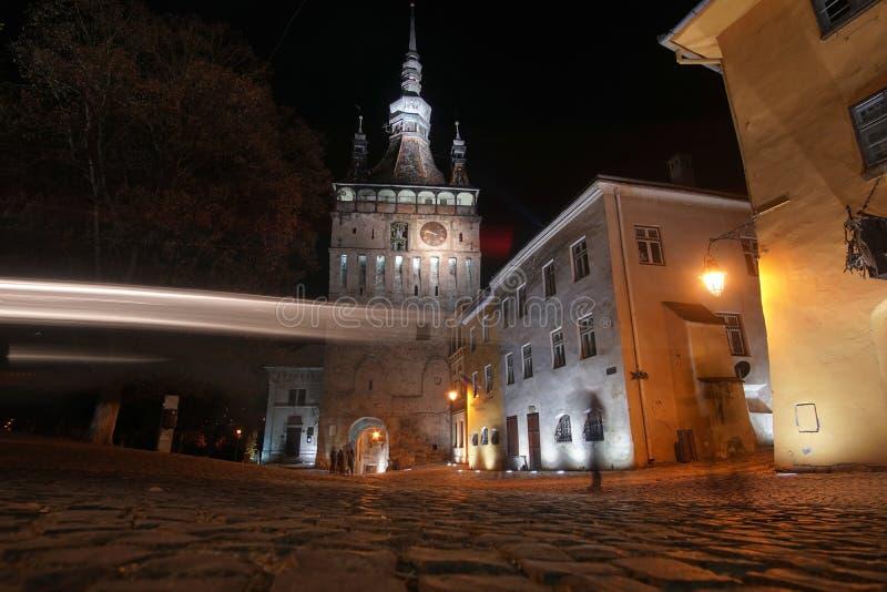 Nachtlandschaft des mittelalterlichen Turms in Sighisoara, Rumänien stockfotos