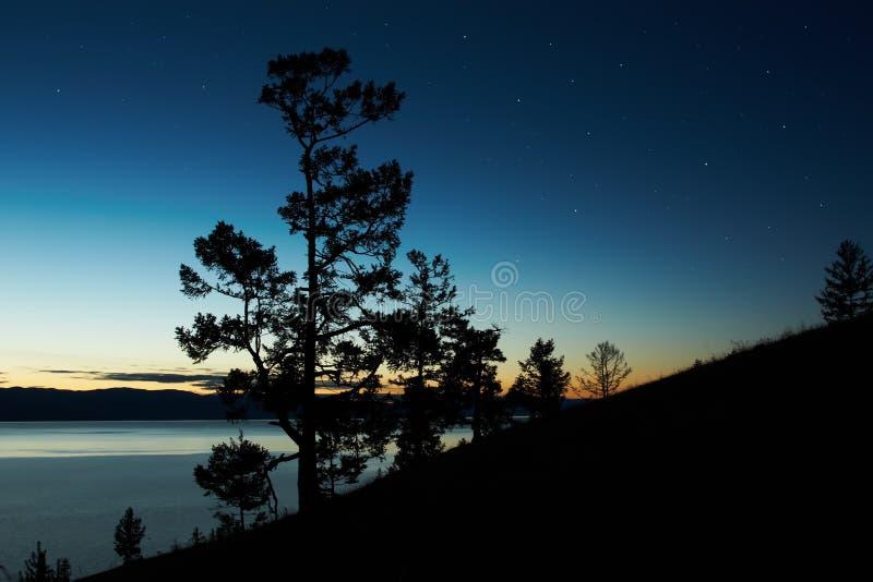 Nachtlandschaft gegen einen Abnahmesee Baikal stockfotografie