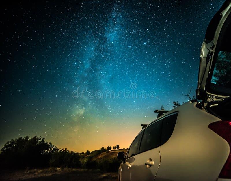 Nachtlandschaft mit Milchstraße und Auto stockbild