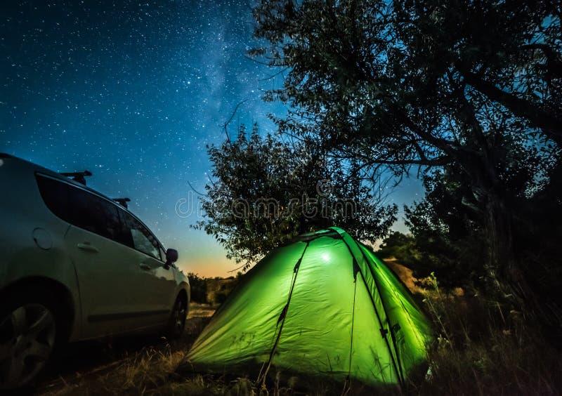 Nachtlandschaft mit Zelt und Auto lizenzfreies stockbild