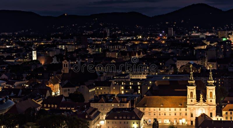 Nachtlandschaft von Graz im August stockbilder