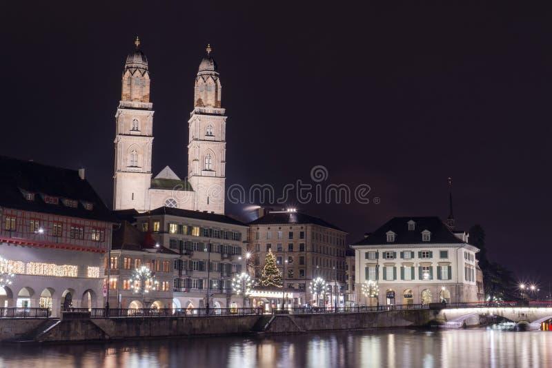 Nachtlandschaft von Zürich mit Grossmunster-Kirche lizenzfreies stockbild