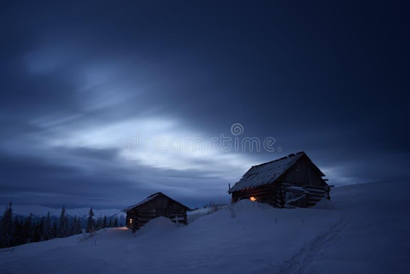 Nachtlandschap in bergdorp stock afbeelding