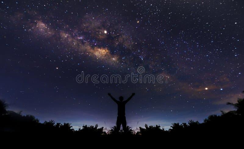 Nachtlandschap met kleurrijk en lichtgeel Melkweghoogtepunt van sterren in de hemel op Achtergrond van het de zomer de Mooie heel royalty-vrije stock foto