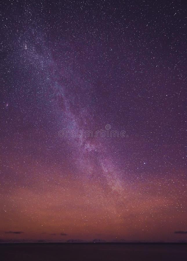 Nachtlandschap met kleurrijke Melkweg en geel licht bij bergen Sterrige hemel met heuvels bij de zomer Mooi Heelal ruimte royalty-vrije stock foto