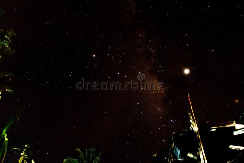 Nachtlandschap met kleurrijke Melkweg en geel licht bij bergen Sterrige hemel met heuvels bij de zomer Mooi Heelal ruimte stock fotografie