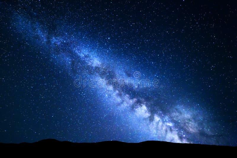 Nachtlandschap met Melkweg Sterrige hemel, Heelal stock foto's