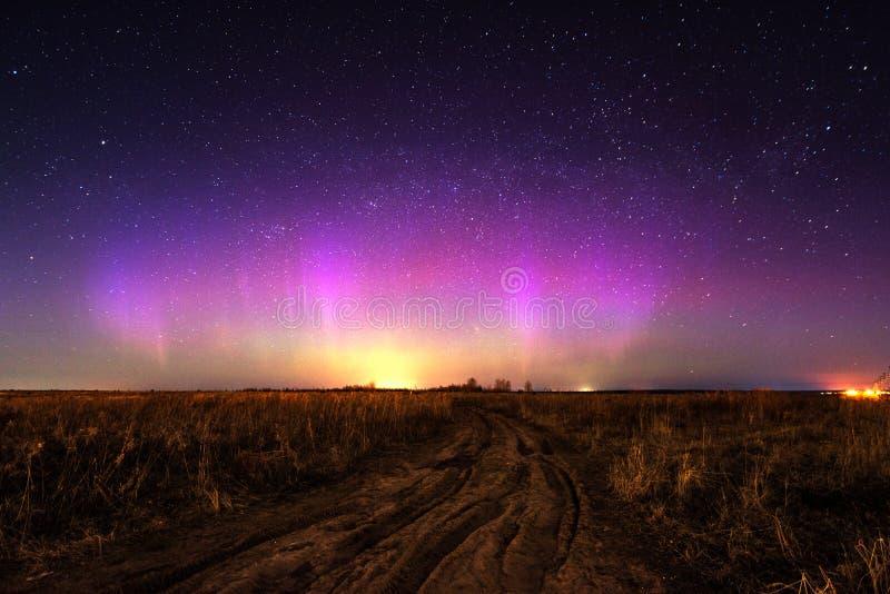 Nachtlandschap met noordelijke lichten Aurora Borealis stock afbeeldingen