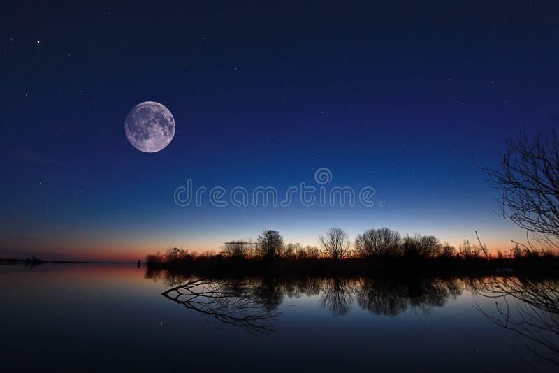 Nachtlandschap op de rivier royalty-vrije stock afbeelding