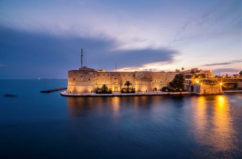 Nachtlandschap van Aragonese-Kasteel op strandboulevard in Taranto ital stock foto's