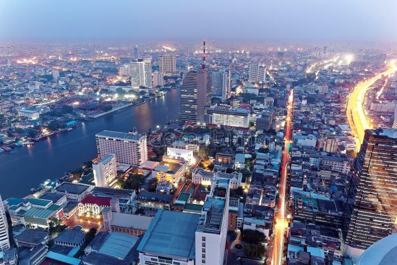 Nachtlandschap van Bangkok de stad in in de mening van het vogel` s oog stock afbeeldingen