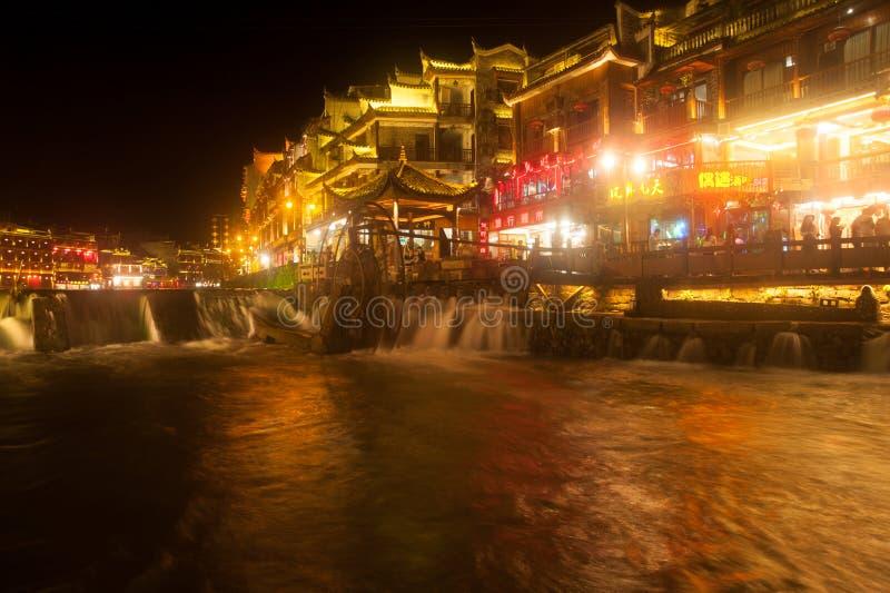 Nachtlandschap van de stad van Phoenix (de oude stad van Fenghuang) stock foto