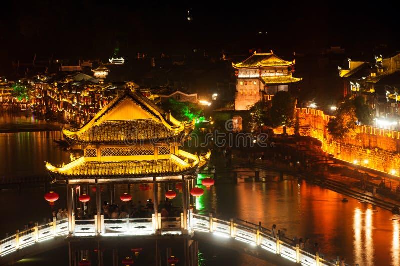 Nachtlandschap van de stad van Phoenix (de oude stad van Fenghuang) royalty-vrije stock foto's