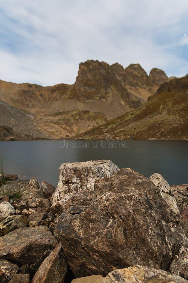 Nachtlandschap van een hoog bergmeer onder maanlicht royalty-vrije stock fotografie