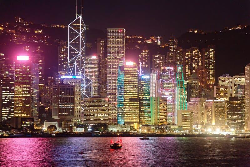 Nachtlandschap van Hong Kong met een majestueuze horizon van overvolle wolkenkrabbers door Victoria Harbour royalty-vrije stock fotografie
