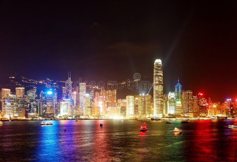 Nachtlandschap van Hong Kong met een majestueuze horizon van overvolle wolkenkrabbers door Victoria Harbour royalty-vrije stock afbeeldingen