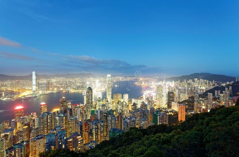 Nachtlandschap van Hong Kong vanaf bovenkant van Victoria Peak met stadshorizon die wordt bekeken stock foto's