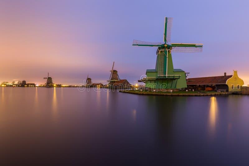 Nachtlandschap van rivier met windmolens bij ` Zaanse Schans ` stock afbeeldingen