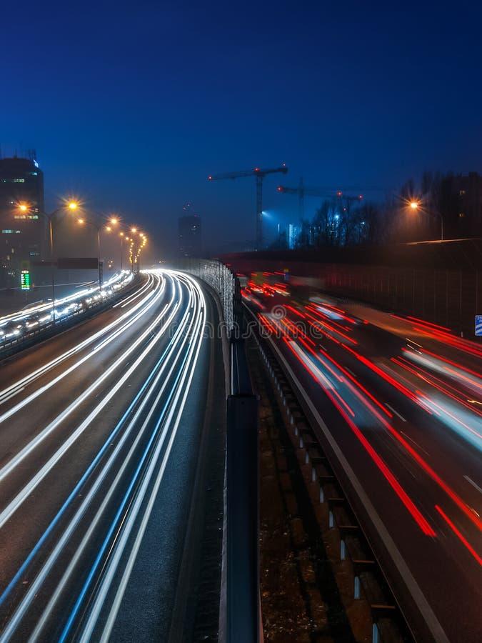 Nachtlandstraßen-Ampeln in Polen lizenzfreies stockfoto
