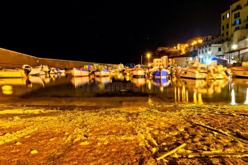 Nachtlange Belichtungsansicht des alten Hafens in Piombino, Toskana - Italien stockfotografie
