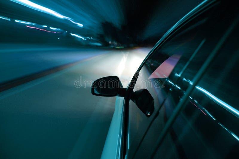 Nachtlaufwerk mit Auto in der Bewegung lizenzfreies stockbild