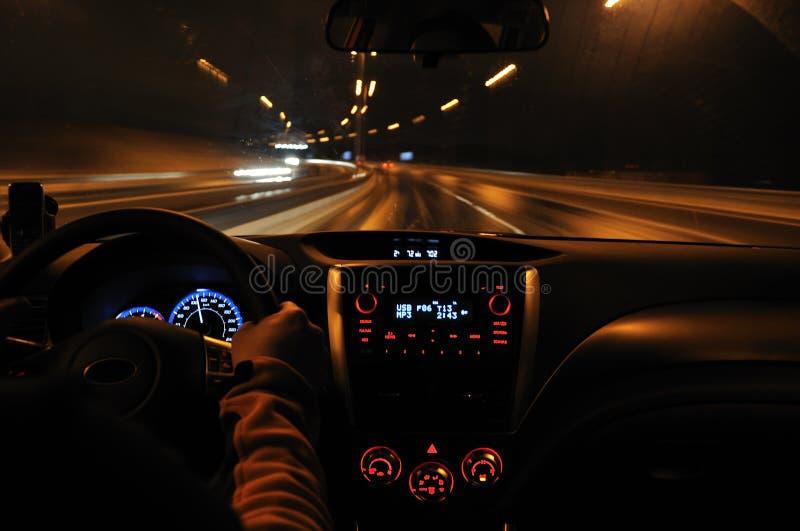 Nachtlaufwerk von der Autoansicht lizenzfreie stockfotografie