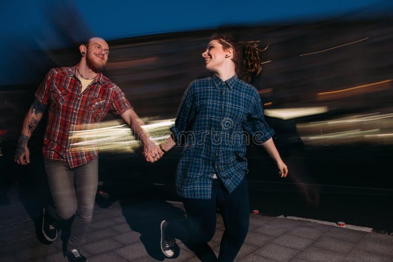 Nachtleben für Jugend Liebespaare in der Bewegung stockbild
