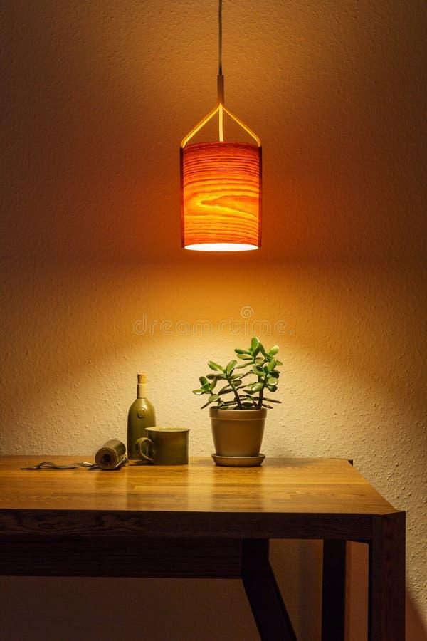 Nachtlicht aus Holzlampe über dem Tisch lizenzfreie stockfotografie