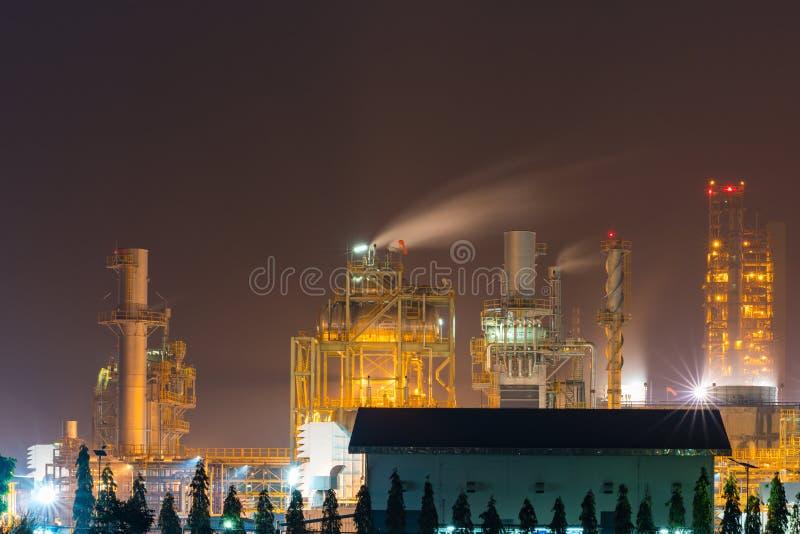 Nachtlicht bij de fabriek dichtbij de oceaan, de fabriek van de Olieraffinaderij, petrochemische installatie, Aardolie stock fotografie
