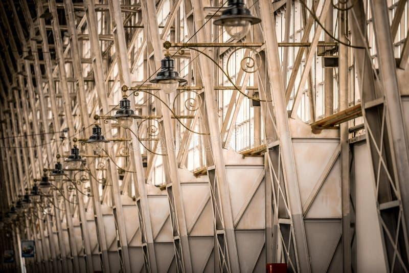 Nachtlichten op een rij bij het station royalty-vrije stock fotografie