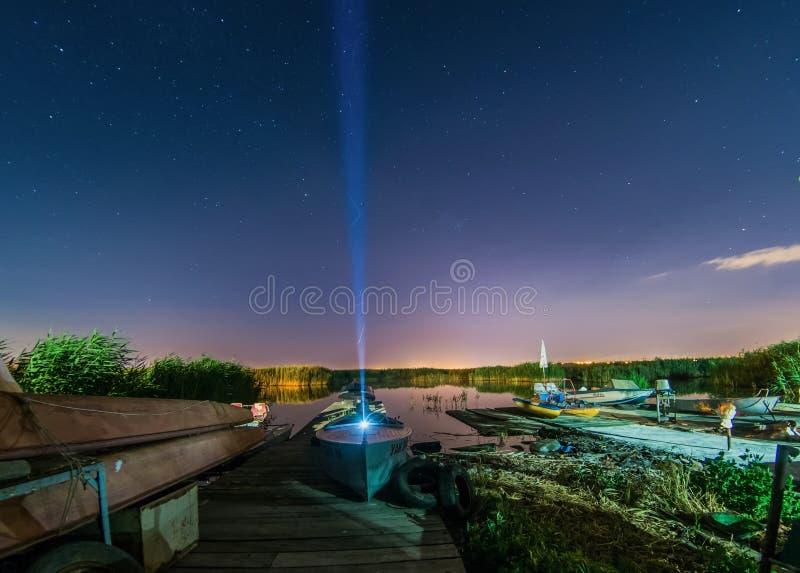 Nachtligplaats met boten stock fotografie