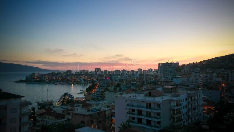 Nachtluftpanoramablick zu Saranda-Stadt und zur Bucht von ionischem Meer, Albanien lizenzfreies stockbild