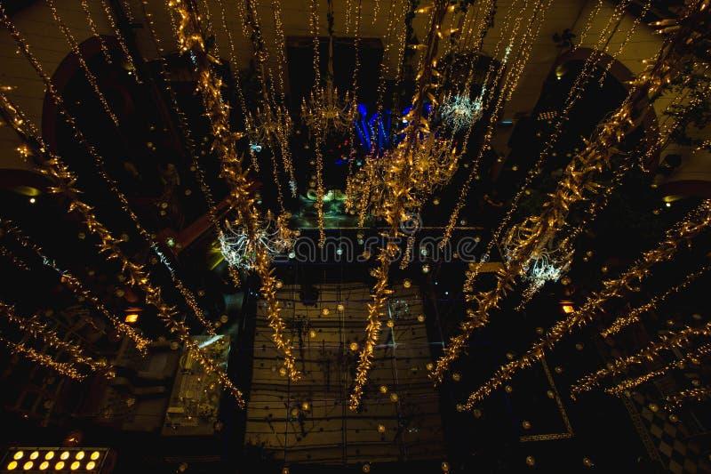 Nachtluxusheiratsballsaal-Lichtdekoration für Hochzeiten, Aufnahmen stockbild