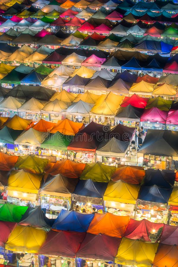 Nachtmarkt mit Straßenlebensmittel in Bangkok lizenzfreies stockbild