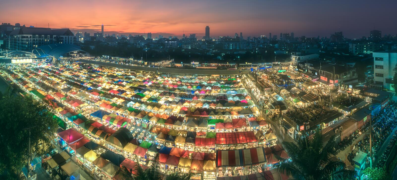 Nachtmarkt mit Straßenlebensmittel in Bangkok stockfoto