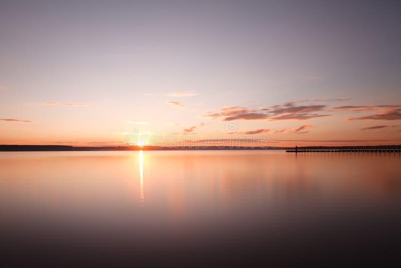 Nachtmeerblick, Meer vor Sonnenaufgang und Pier, der zu ho ausdehnt lizenzfreie stockbilder