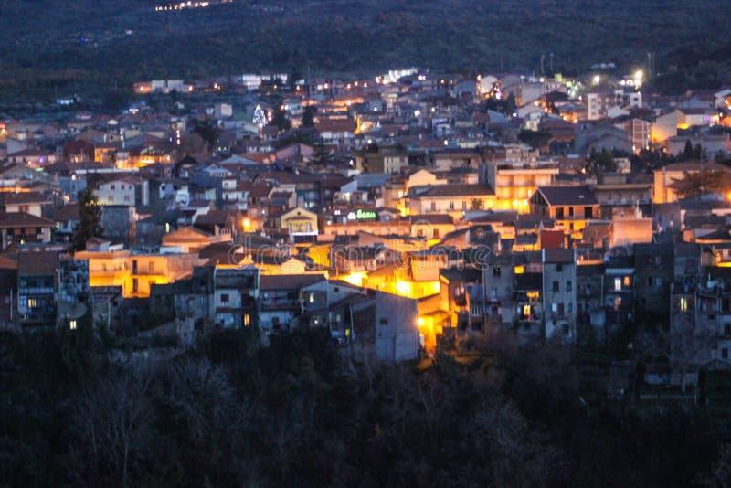 Nachtmening aan Randazzo-stad stock foto's