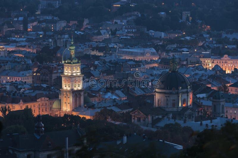 Nachtmening bij de oude Europese stad stock foto