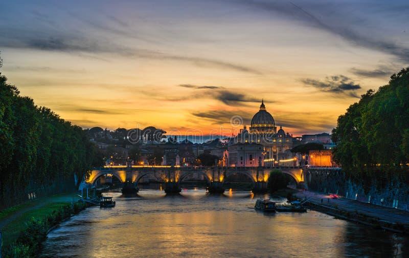 Nachtmening bij St Peter kathedraal in Rome, Italië, Oktober stock afbeeldingen